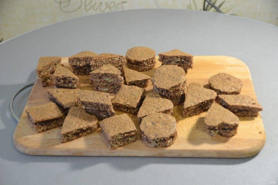 """Смажьте кремом заготовки """"Птифур"""". На этом можно и остановиться, а можно украсить """"Птифуры"""" шоколадной  глазурью, цукатами, сахарной посыпкой."""