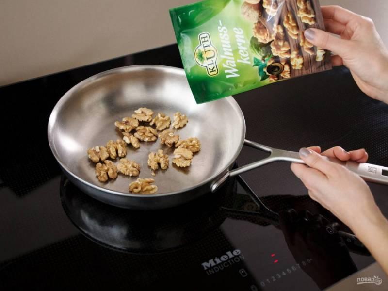 2. В это же время на сухой сковороде обжарьте орехи до золотистого цвета.