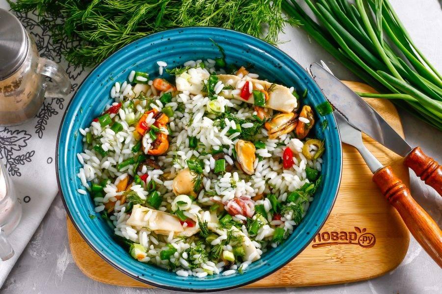 Подайте на стол приготовленный вами салат в охлажденном виде.