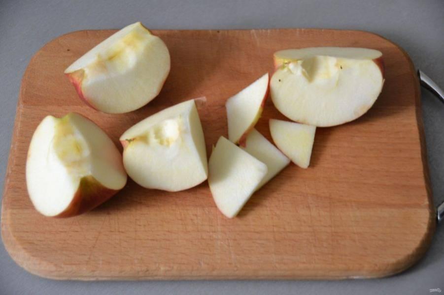 Очистите яблоки от сердцевинки, нарежьте тонкими ломтиками.