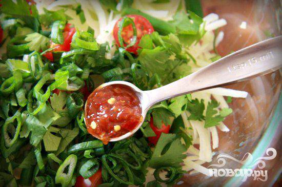 5. Добавить помидоры черри, кинзу, зеленый лук, соус чили и зеленую фасоль.