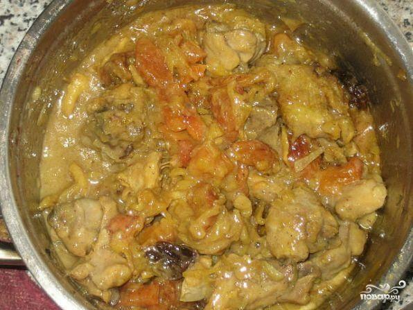 Затем в казане обжарить в масле лук до золотого цвета, добавить к нему мясо, отделенное от косточек и курагу. Все обжарить. Попутно отварить рис до  полуготовности.