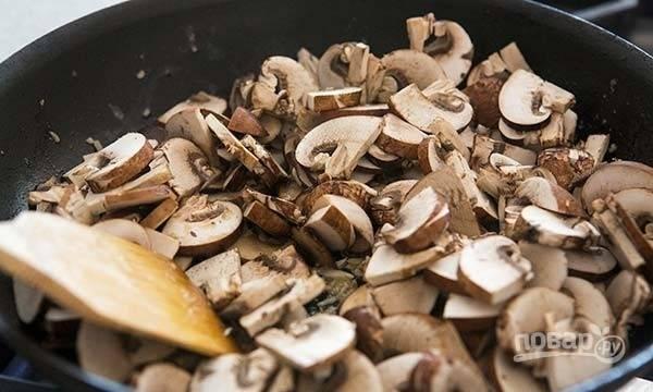 6.Нарежьте пластинками грибы, выложите их в сковороду.