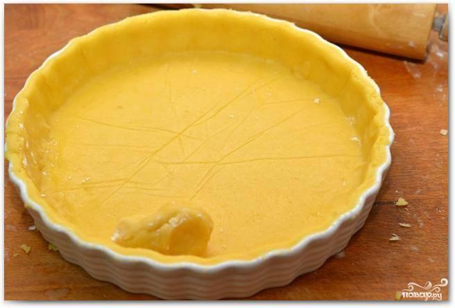 Перекладываем тесто в форму для выпекания, прижимаем к бортикам, лишнее тесто срезаем. Не ленитесь - чем красивее, тем и вкуснее :)