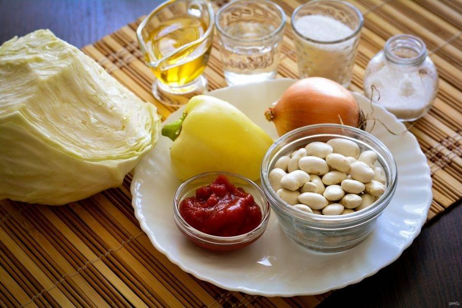 Подготовьте ингредиенты для салата с капустой и фасолью на зиму.