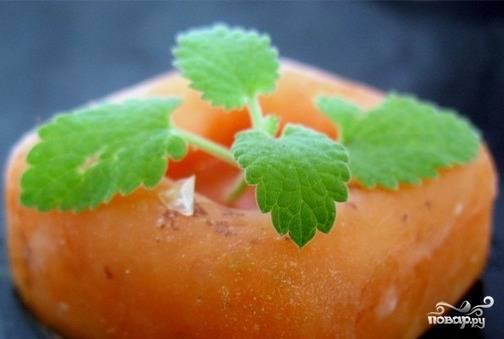 В течение ночи щербет будет готов. Подавайте его, нарезав на порционные кусочки. Украсить десерт можно листиками мяты.
