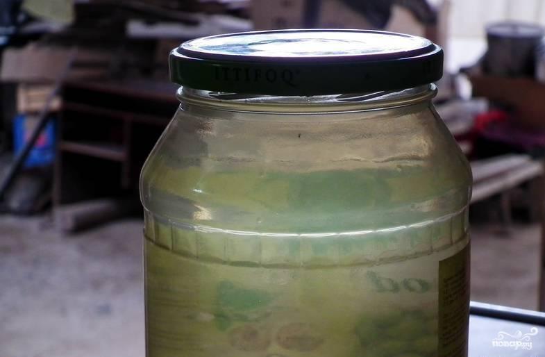 6. Пока взбиваются белки, готовый отвар переливаем в банку (его получится не более 400 грамм в концу варки). Он процеживается через марлю, остужается и отправляется на хранение в холодильник.