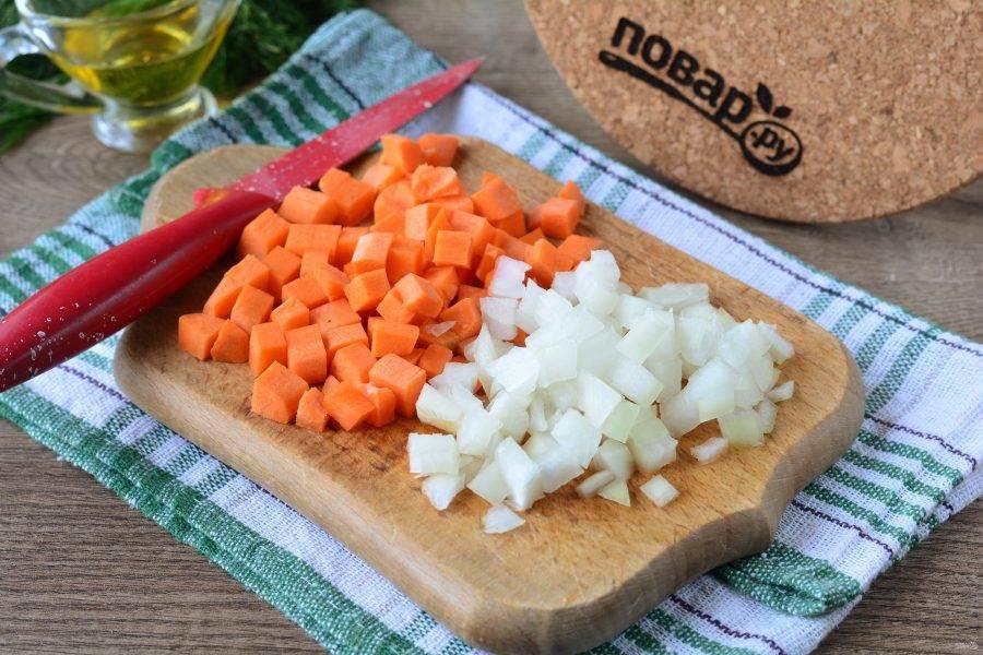 Кубиками нарежьте лук и морковку.