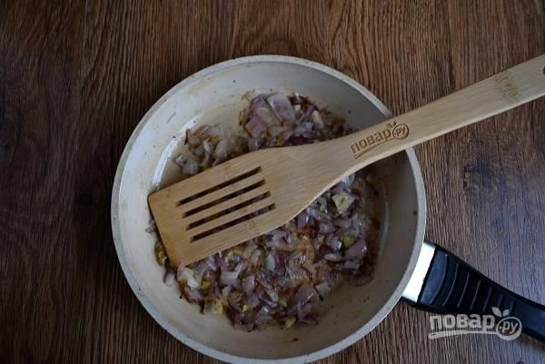 Масло разогрейте на сковороде, добавьте специи и обжарьте порезанный мелко лук до румяности.