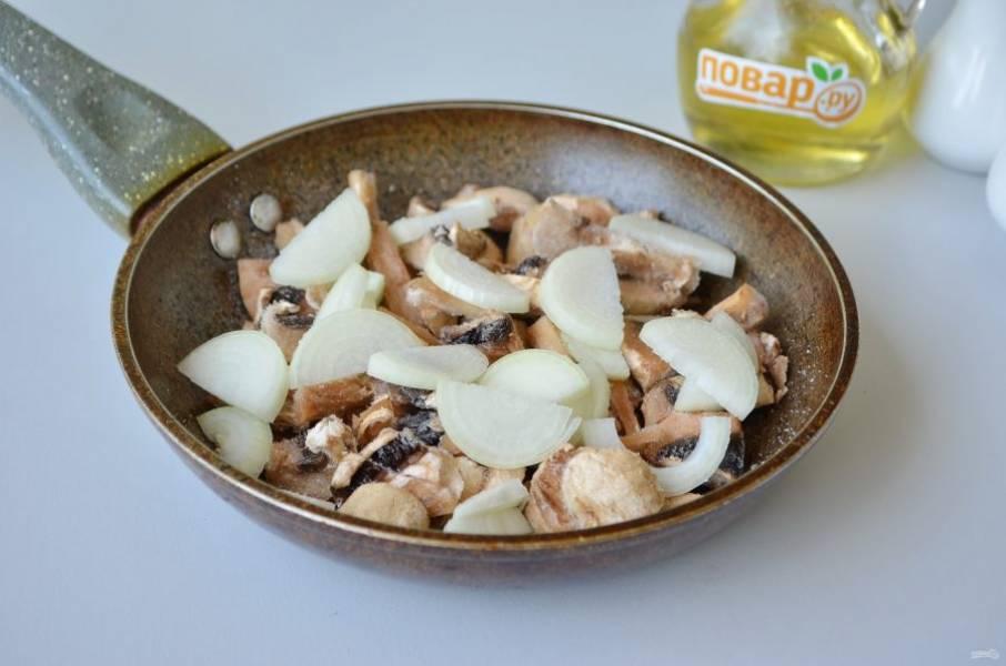 2. Очистите лук и чеснок, порежьте тонко. Грибы вымойте и порежьте крупно. Обжарьте овощи с грибами на растительном масле до готовности.