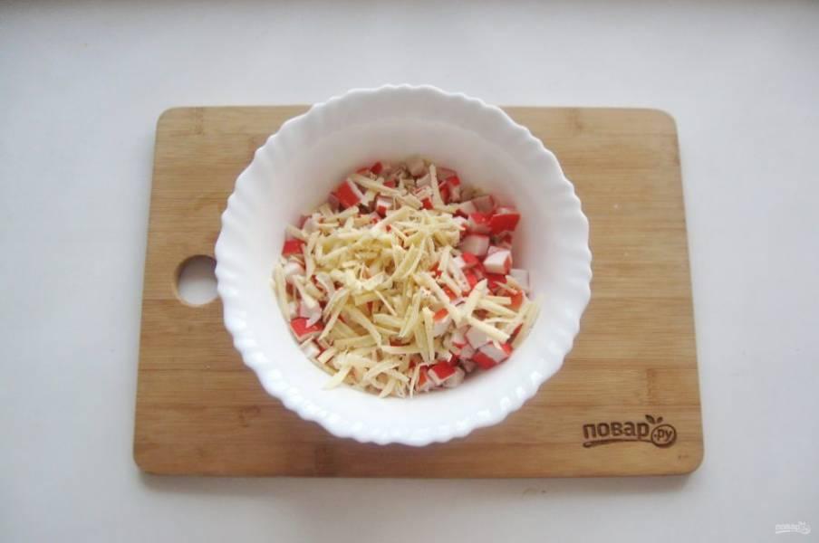 Сыр натрите на терке и выложите в салат.