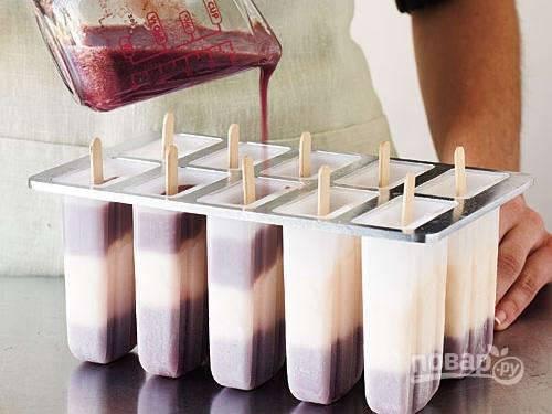 Теперь перекладываем персик в блендер и превращаем его в пюре. Тем временем взбиваем сливки до пиков. Аккуратно смешиваем сливки с персиком. В формочки выкладываем ягодное пюре, замораживаем. Затем выкладываем слой персиково-сливочной смеси и снова замораживаем.