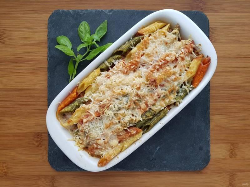 Запекайте в разогретой до 180 градусов духовке в течение 20 минут. Готовое блюдо посыпьте свежим базиликом. Подавайте сразу же, это блюдо вкуснее в горячем виде. Приятного аппетита!