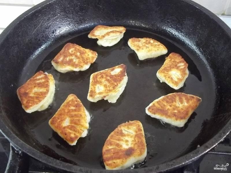 Печенье из творожного теста можно запечь или пожарить. В последнем варианте разогрейте сковороду с маслом растительным и на среднем огне (даже можно ниже среднего сделать) обжаривайте печенье под закрытой крышкой минут 7-10 с каждой стороны.