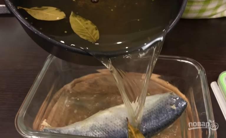 4. Маринад убираете с огня и полностью остужаете, заливать рыбу нужно только холодным маринадом. Заливаете им рыбу, закрываете контейнер плотно крышкой и отправляете в холодильник на 2 дня.