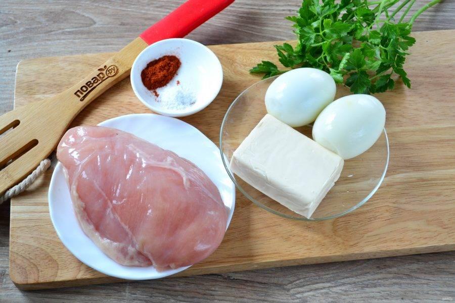 Подготовьте все необходимые ингредиенты. Яйца предварительно отварите вкрутую.