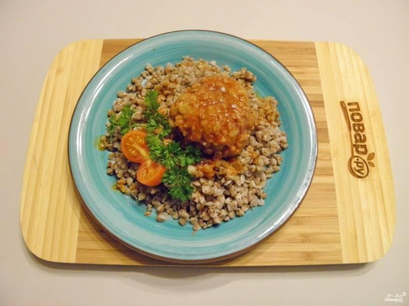 Подавайте тефтели с любимыми гарнирами. Отлично подойдут к ним картофельное пюре, гречка, макароны. Приятного аппетита!