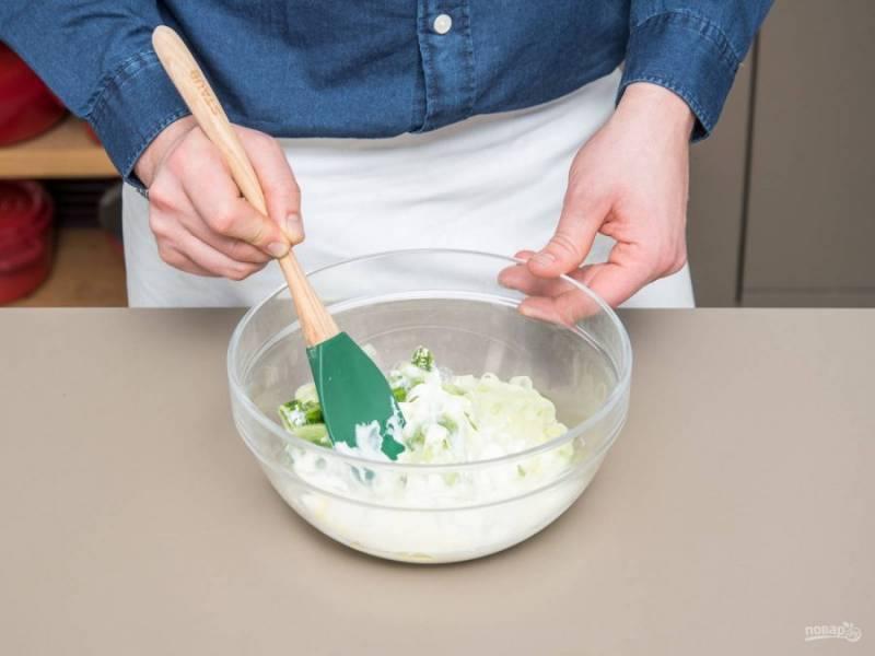 3. Теперь сделайте заправку, смешав йогурт с маслом, солью, сахаром, мелко нарубленным укропом, соком лимона и перцем.
