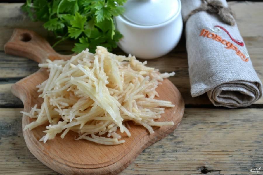 Картофель натрите на терке для корейской моркови, чтобы получилась красивая одинаковая тоненькая соломка.