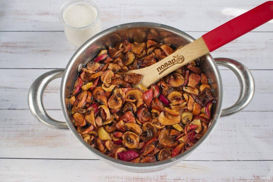 3. Выложите промытые сушеные яблоки в кастрюлю.  Залейте их холодной водой, доведите до кипения. После закипания огонь уменьшите до среднего и варите в течение 10 минут. Снимите с огня.