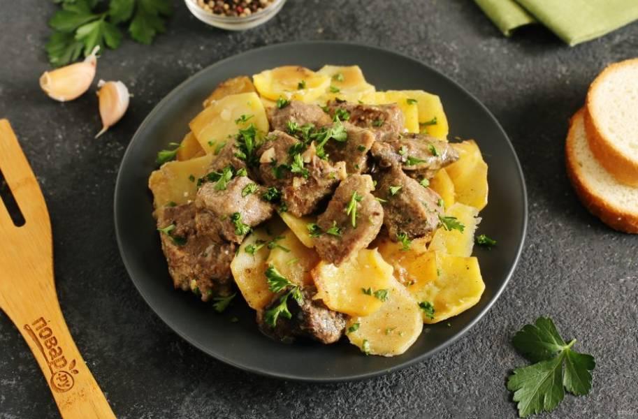 Картофель запеченный с говяжьей печенью в сметане готов. Приятного аппетита!