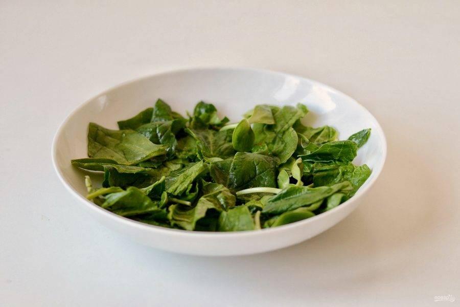 Выложите в миску свежую зелень.
