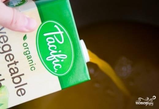 Налейте в кастрюлю 10 стаканов воды и добавьте 2 стакана овощного бульона. Посолите. Доведите до кипения и высыпьте в бульон нарезанный небольшими кусочками картофель. Варите ещё 10 минут.