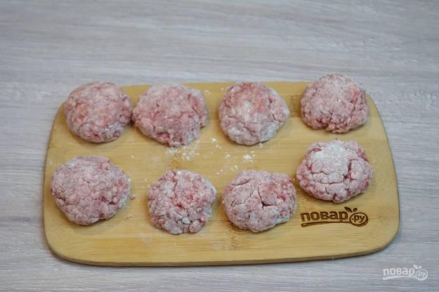 Фарш вымешайте. Можно добавить немного воды (до 1 стакана). Из полученного фарша сформируйте мясные шарики-фрикадельки. Обваляйте их в муке.