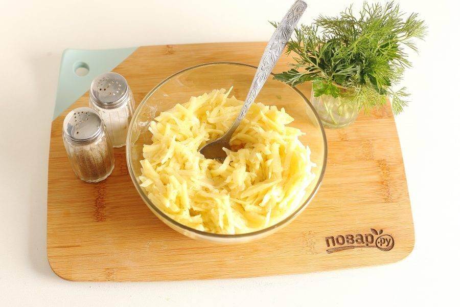 Картофель натрите на крупной терке. Отожмите хорошо, добавьте яйца, соль и перец. Перемешайте.