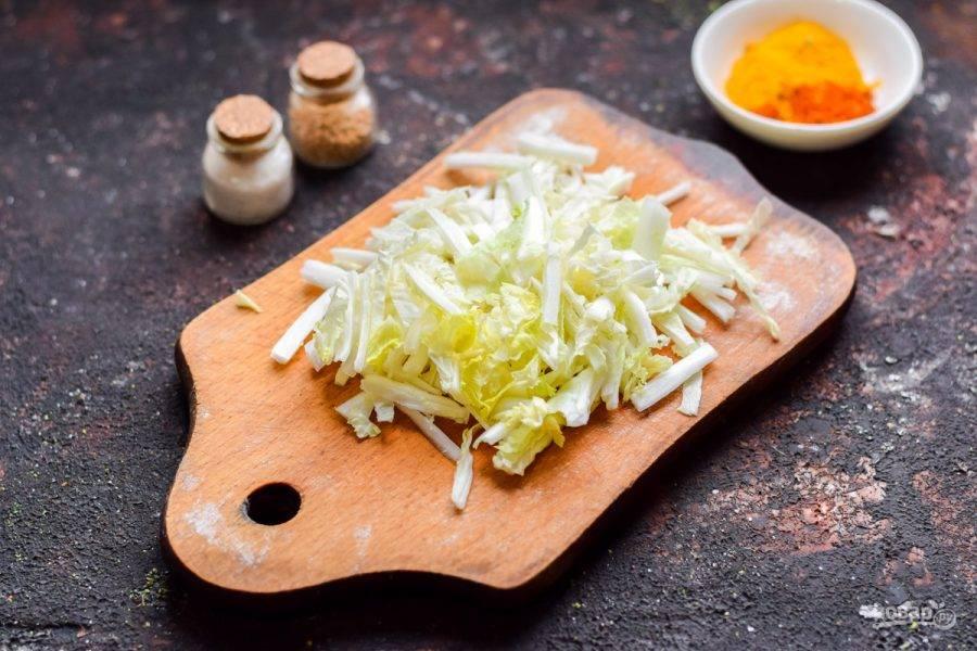 Пекинскую капусту нарежьте тонкими полосками.