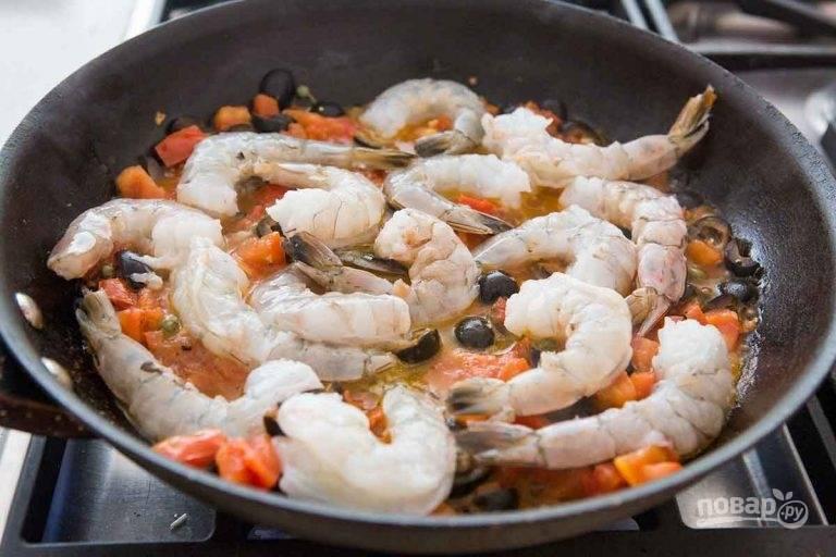 4.Почистите креветки, добавьте их в сковороду.