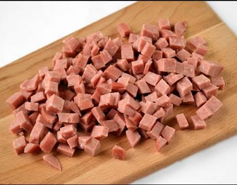 4. И колбасу нарезаем кубиками.