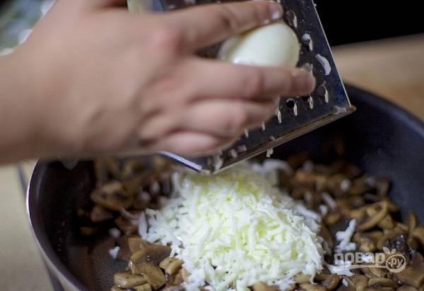 5. Остудите немного грибы, добавьте тертый белок. Заправьте майонезом по вкусу и перемешайте аккуратно.