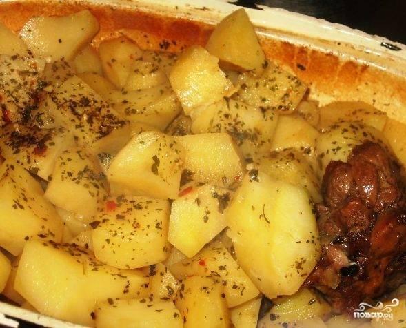 5. Выкладываем в жаровню гуся, сверху выкладываем обжаренные овощи, а завершающим слоем будет картофель. Приправляем по вкусу, заливаем водой (чтобы вода покрыла овощи) и ставим тушиться.