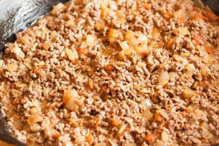 3.Добавьте к овощам говяжий фарш, разомните его лопаткой, обжаривайте до готовности мяса (8-10 минут).