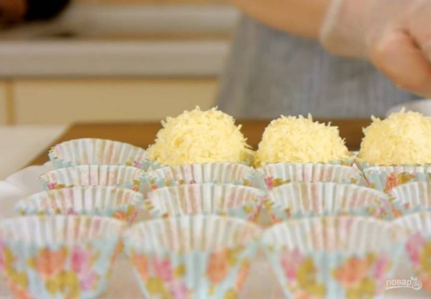 4.  Остывшую печень с луком измельчите блендером до однородного состояния и поставьте в морозилку на 10-15 минут. Из сырно-яичной массы скатайте шарики величиной с грецкий орех и обкатайте в мелко натертом твердом сыре.