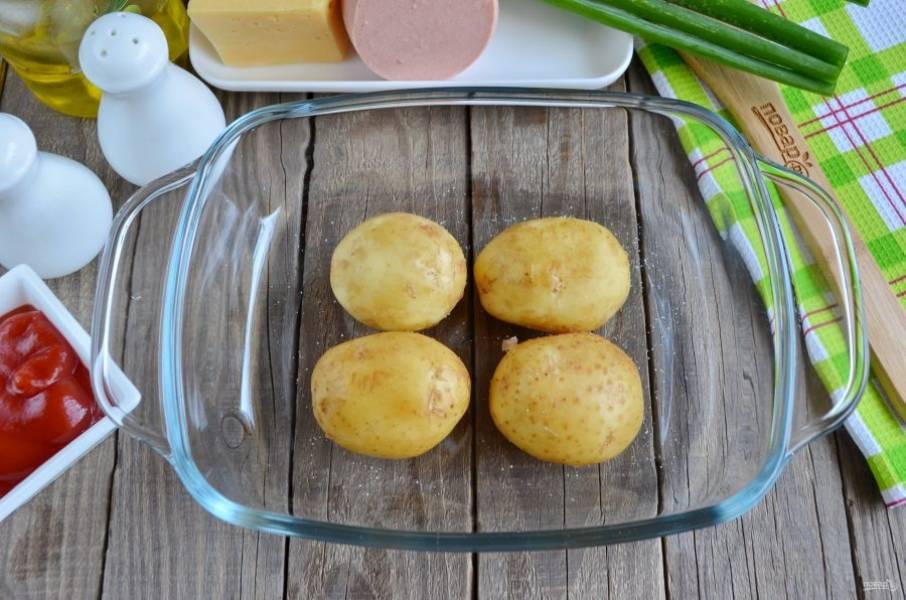 Картофель положите в огнеупорную форму, смажьте оливковым маслом, посолите и отправьте в духовку на 1 час, температура запекания — 200 градусов.
