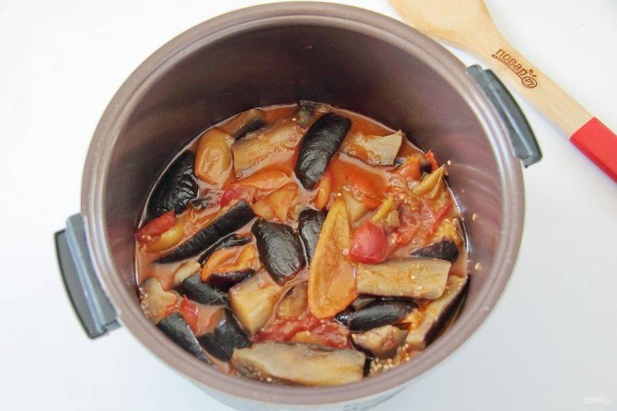 Тушим овощи под закрытой крышкой до мягкости баклажан. Салат готов, как только овощи начнут легко прокалываться вилкой.