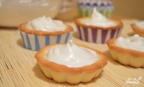 7. Начиняем тарталетки кремом и отправляем их в холодильник на один час.