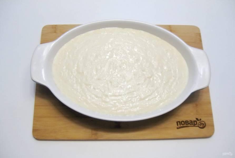 Форму для выпечки смажьте сливочным маслом и выложите тесто.