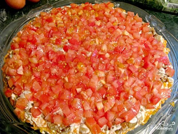Нарежьте помидоры кубиками. Выложите их третьим слоем на баклажаны.