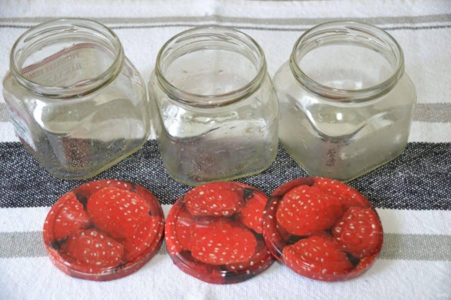 Пока кетчуп варится, подготовьте банки и крышки. Промойте их с питьевой содой, простерилизуйте над кипятком и сразу разложите в них горячий соус. Затем банки переверните вверх дном и накройте теплым покрывалом, до полного остывания.