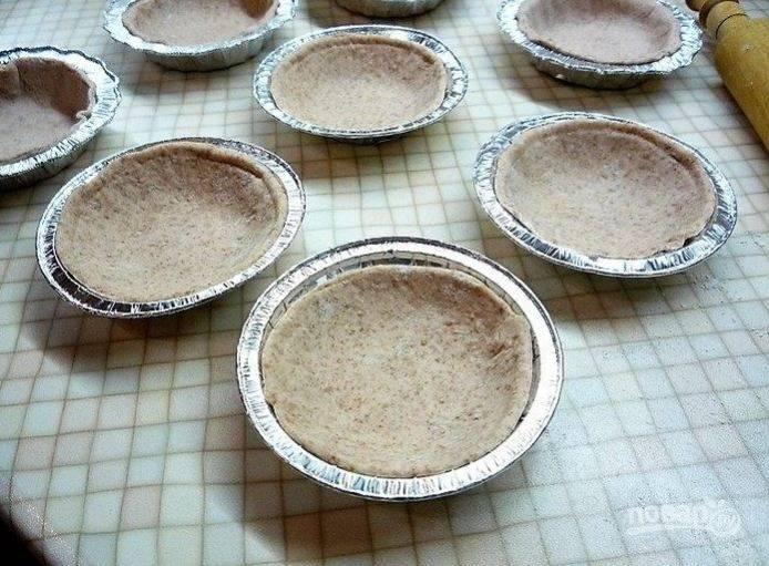 Укладывайте заготовки из теста в формочки и запекайте в заранее разогретой духовке при температуре 180°С 15-20 минут.