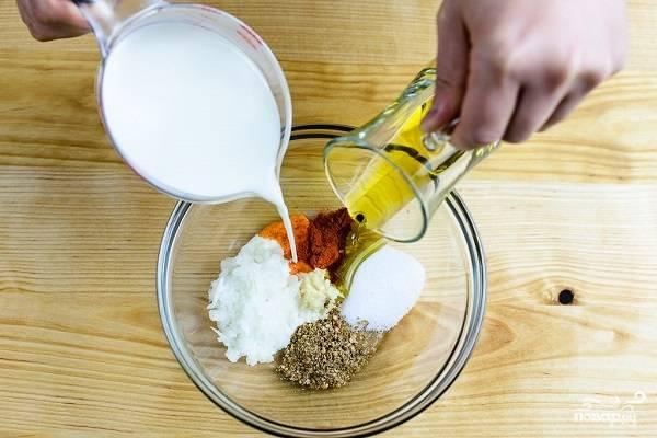 3. Добавьте молоко и оливковое масло. Тщательно все перемешайте до однородности.