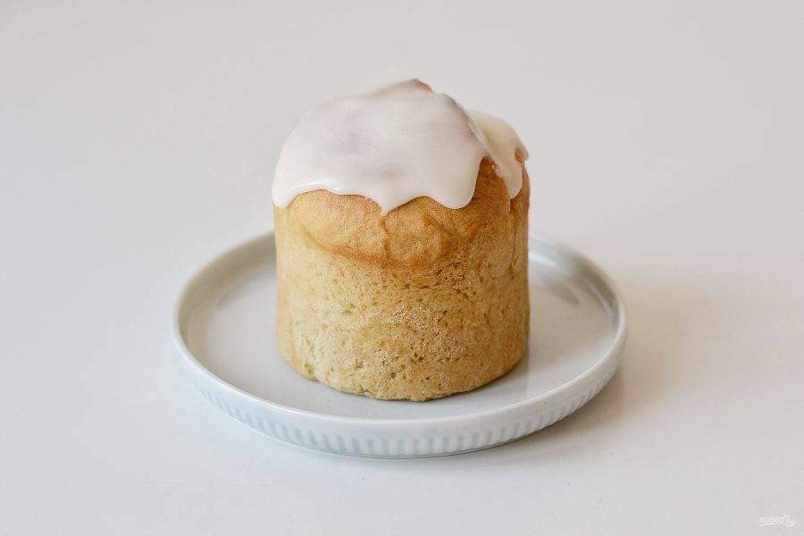Для глазури добавьте в сахарную пудру лимонный сок, перемешайте. Нанесите глазурь на кулич.