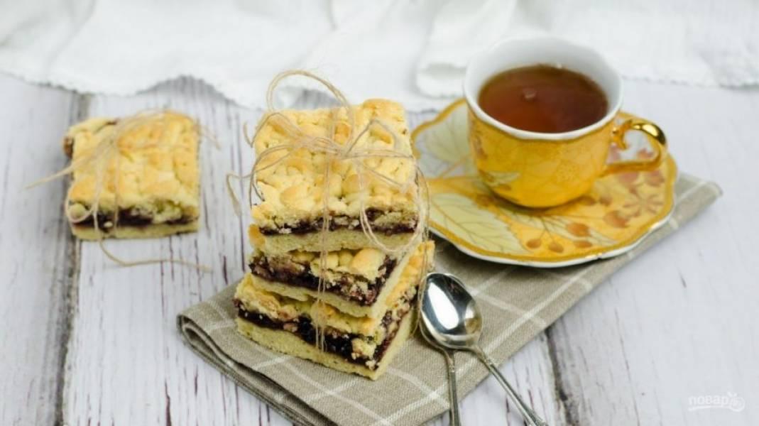 Запекайте пирог при 185 градусах в духовке в течение 40 минут. Приятного чаепития!
