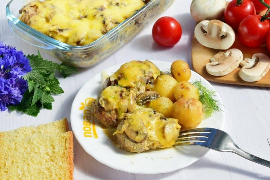 Подавать можно с любым гарниром, свежей зеленью и овощами. Приятного аппетита!