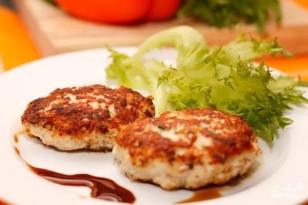 Обжаривайте котлеты на растительном масле на среднем огне с двух сторон. Жарьте до появления золотистой корочки, примерно 10-15 минут. Подавайте с картофельным пюре или салатом. Приятного аппетита!