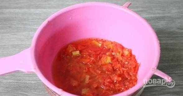 Полученную массу перетираем через сито, чтобы получить томатный сок.