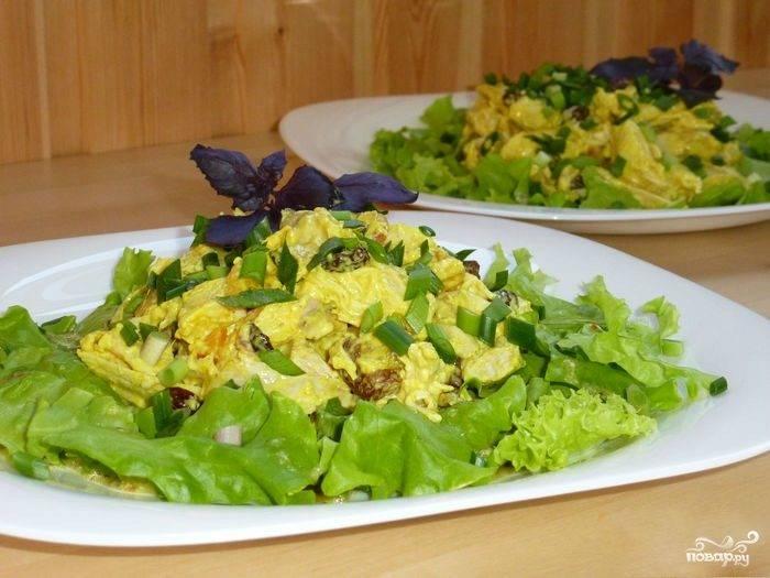 Салат с курицей и сухофруктами